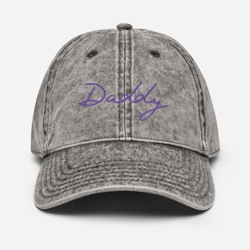 Dad hat with an handwritten embroidery. The word Daddy is written in white or purple depending on the color. Cap - LGBTQ+ Gay Pride Apparel - vintage cap charcoal grey front 60a2c022db542