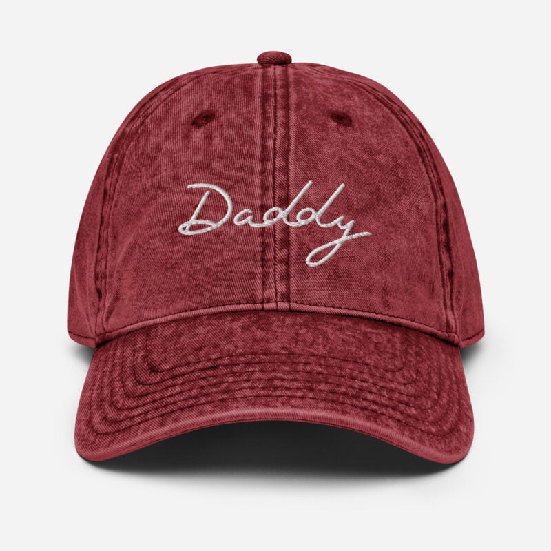 Dad hat with an handwritten embroidery. The word Daddy is written in white or purple depending on the color. Cap - LGBTQ+ Gay Pride Apparel - vintage cap maroon front 60a2c17a639ed